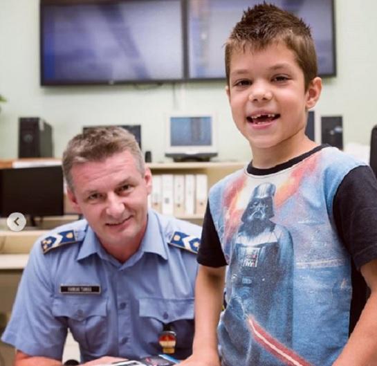 Vendégül látta a magyar rendőrség a kis hőst, aki megmentette édesanyja életét