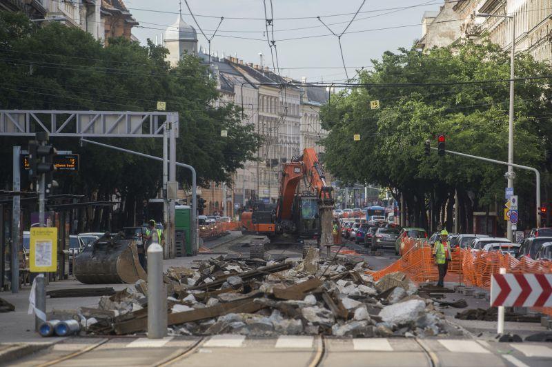 Káosz: a 4-6-os villamos újabb szakaszát túrták fel a munkások