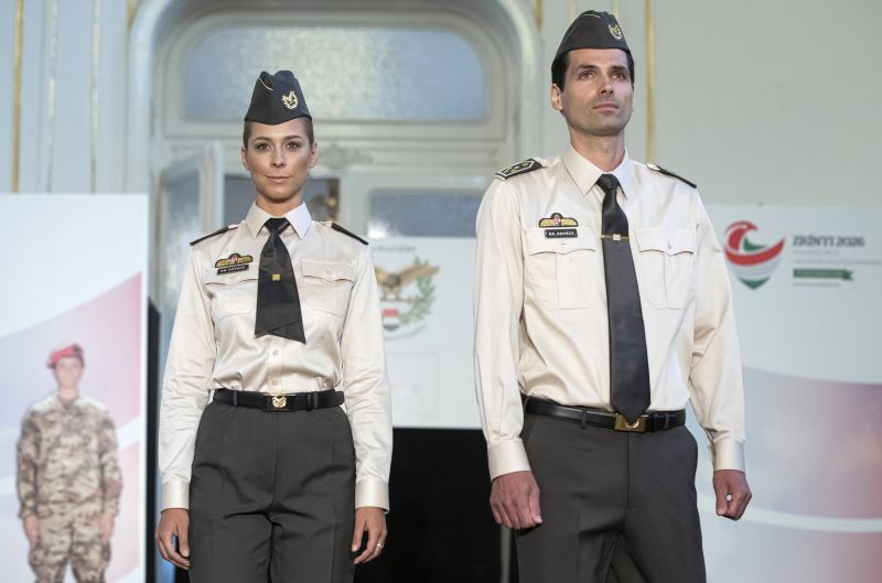 Fotók: megérkeztek az új katonai öltözékek