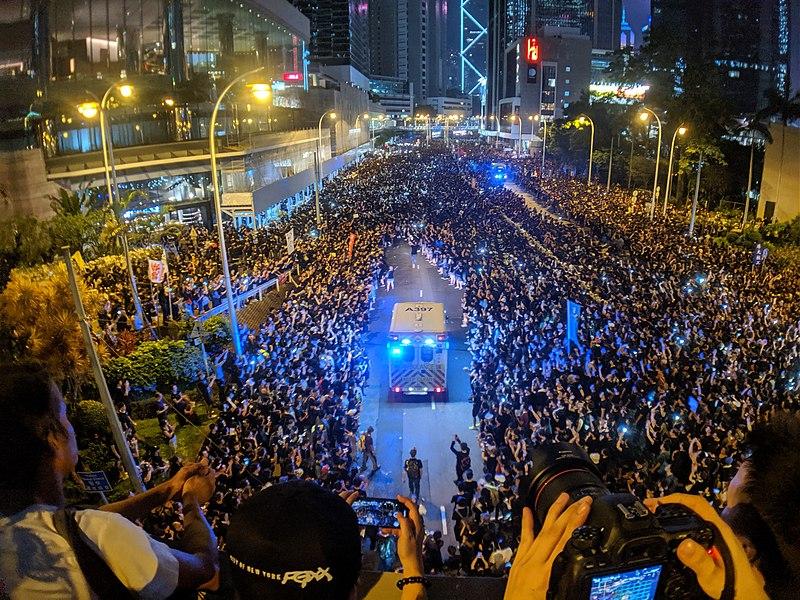 Tüntetéssel zavarták meg Hongkongban a Kínához kerülés állami ünnepélyét