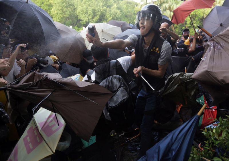 Hongkongban ismét verekedés volt a rendőrök és a tüntetők között