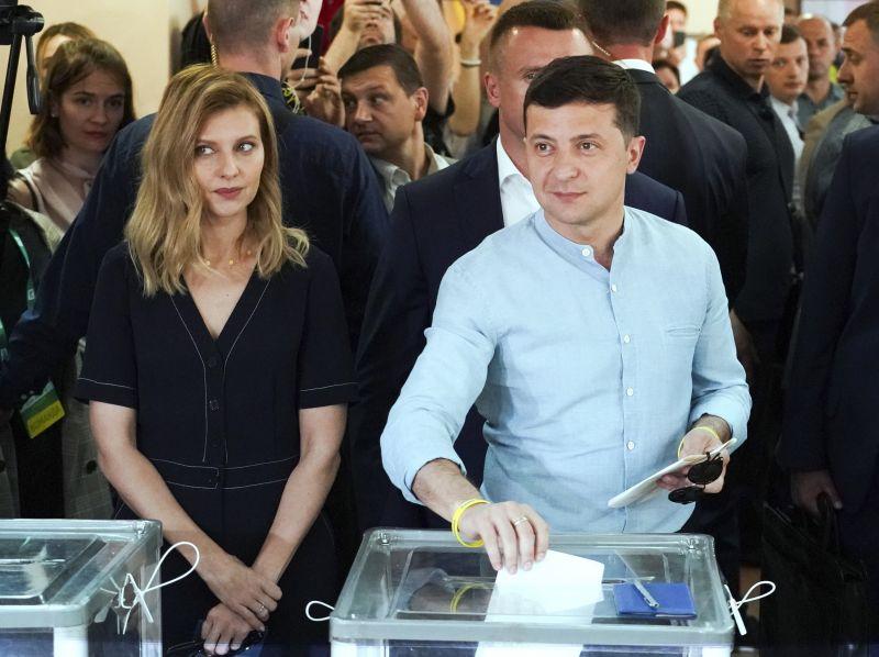 Az első részeredmények megerősítik az új ukrán elnök pártjának nagy arányú győzelmét