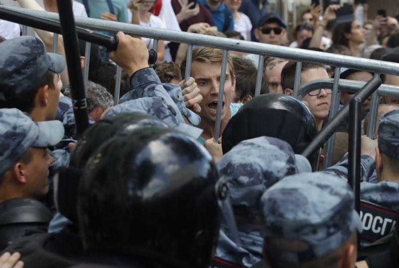 Nem érdemes tűntetni Moszkvában – újabb ellenzékieket tartóztattak le
