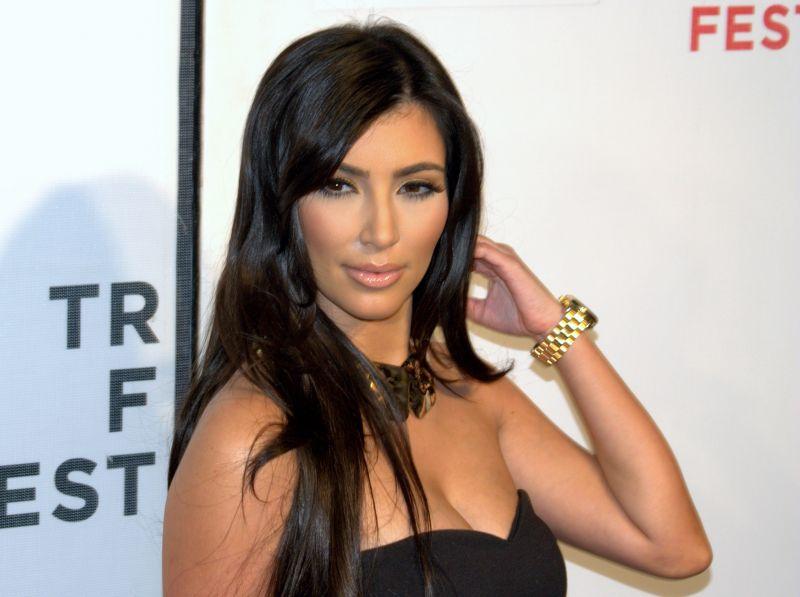 Kim Kardashian falatnyi bikiniben – nem is próbálta rejtegetni dús idomait