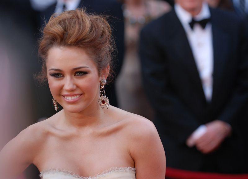 Miley Cyrus megdöbbentő vallomása: a házasságban is vonzódik a nőkhöz.