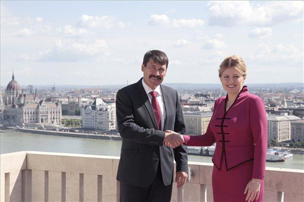 Ezzel a csokorral kedveskedett Áder János a szlovák elnökasszonynak