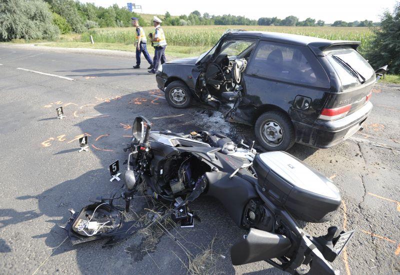 Bezúzta a Swift oldalát a motoros, életveszélyes sérültek vannak