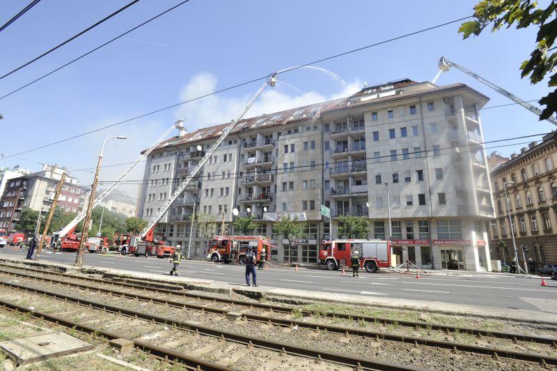 Lángokban egy hétemeletes épület Budapesten, nagy erőkkel vonultak a helyszínre a tűzoltók
