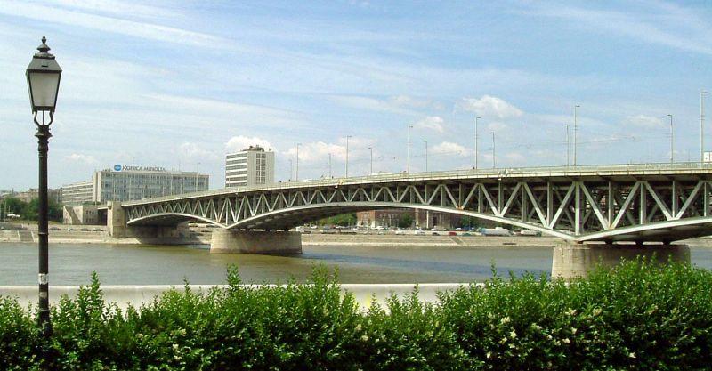 Dunába zuhant egy férfi a Petőfi hídról