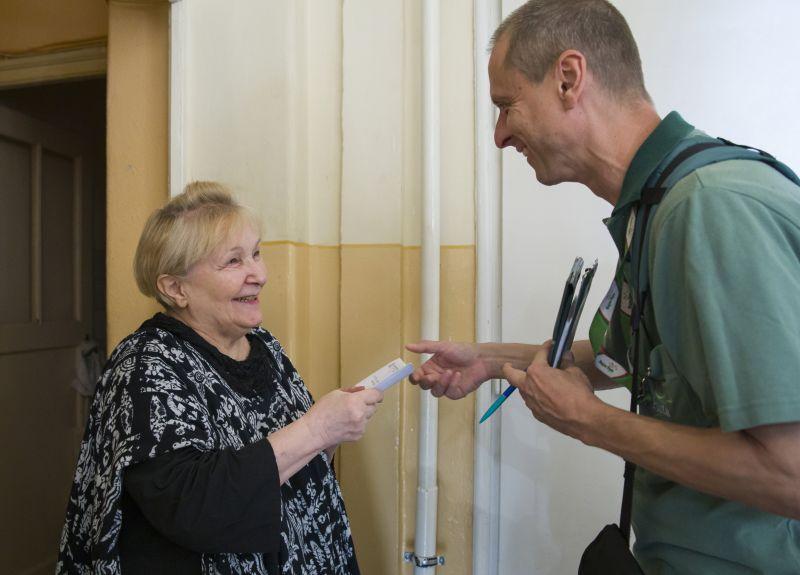 Uzsorások teszik pénzzé az interneten a kiszolgáltatott nyugdíjasoktól elvett rezsiutalványokat