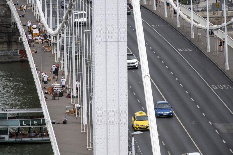 Már készülnek a tűzijátékra: pirotechnikai eszközök vannak az Erzsébet hídon