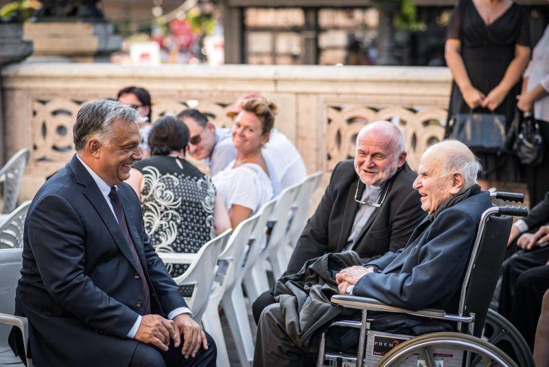 Az Orbán-rajnogó lengyel pap szerint szent politikusok kellenek