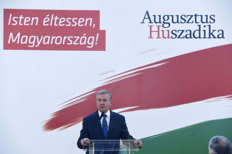 Honvédelmi miniszter: erős honvédség kell Magyarországnak