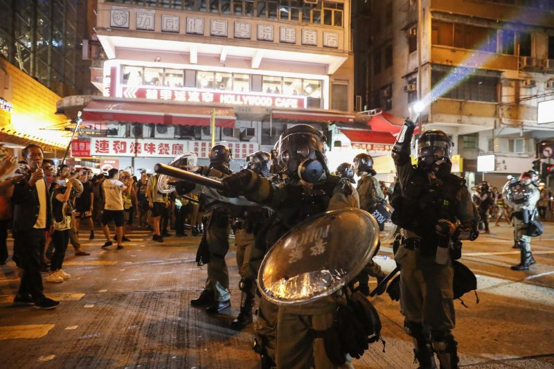 Most az amerikai nagykövetség előtt tűntetnek Hongkongban
