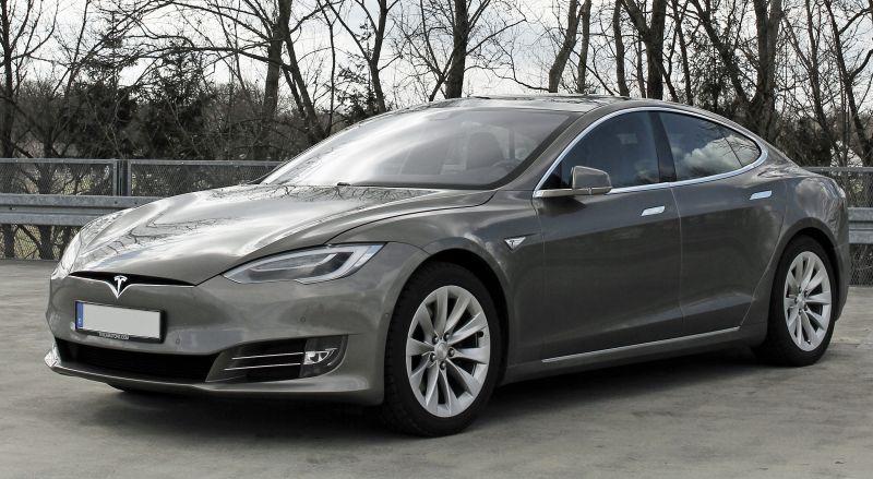 Felrobbant egy Tesla az út közepén – videó