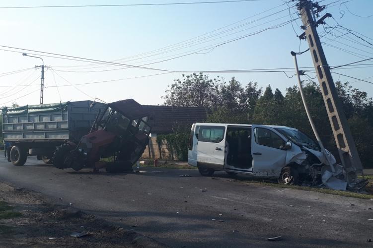 Traktor és kisbusz ütközött Dobozon, sok a sérült
