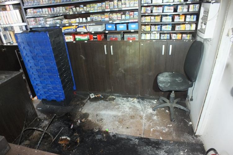 Megbontotta a dohánybolt tetejét, kihozta a pénzt, cigit és piát, majd felgyújtotta az épületet