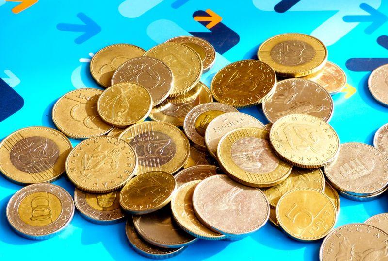 Közel 330 forintot ért hétfő reggel egy euró