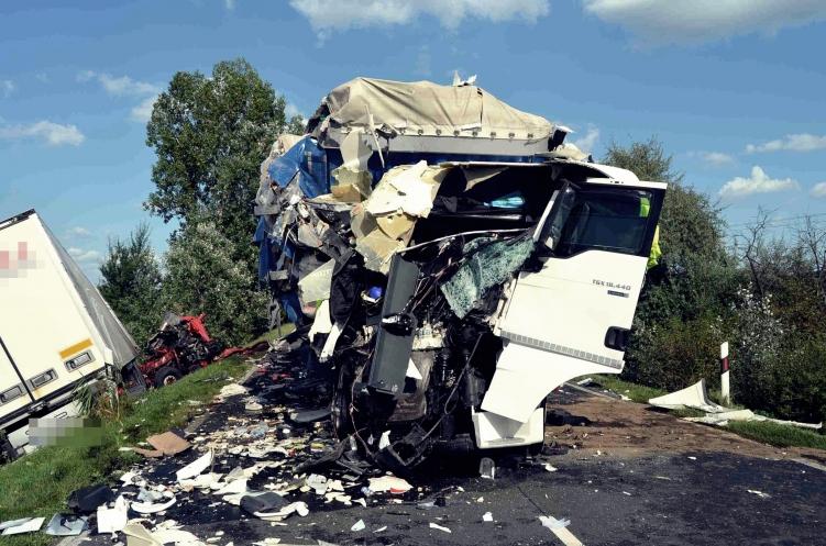 Fedélzeti videón, ahogy az ütköző kamionok ripityára törnek Kecskemétnél