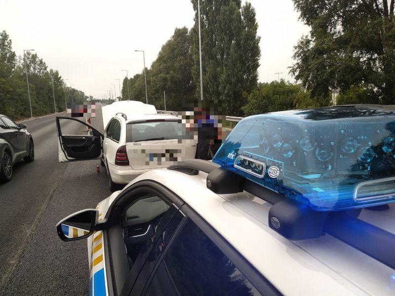 Nem indexelt, ezért megállították a rendőrök: a totál beállt sofőr kocsija teli volt droggal