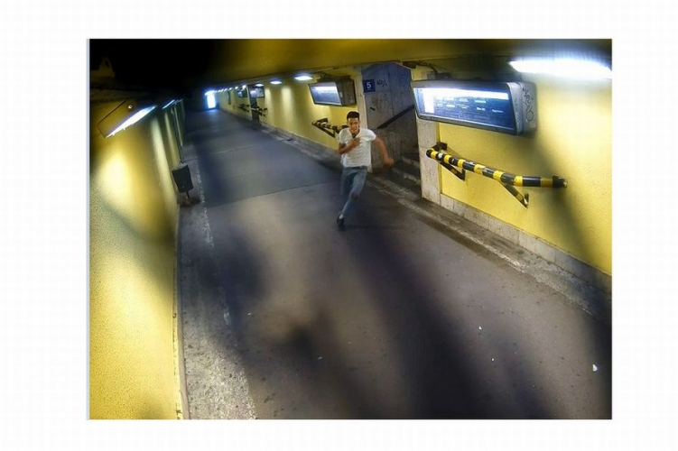 Itt van egy remek fotó a menekülő győri pénztárca-tolvajról