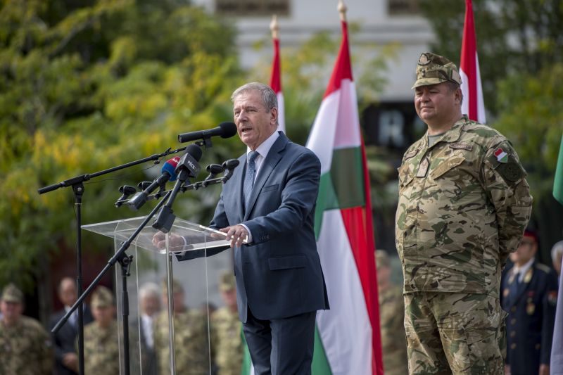 A honvédelmi miniszter nem tud arról, hogy Orbán ki akarja rúgni