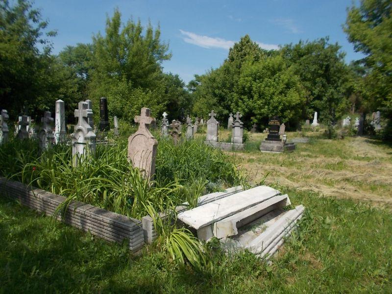 Lefejezték a fővárosi temetőket