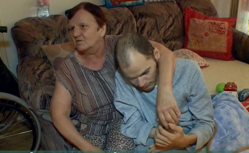 Nem járult hozzá a szomszéd az akadálymentesítéshez, bukta a lakást a nagybeteg fiát egyedül nevelő édesanya
