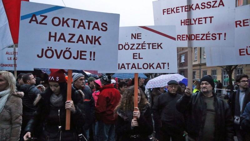 Tüntetésre és sztrájkra készülnek a tanárok