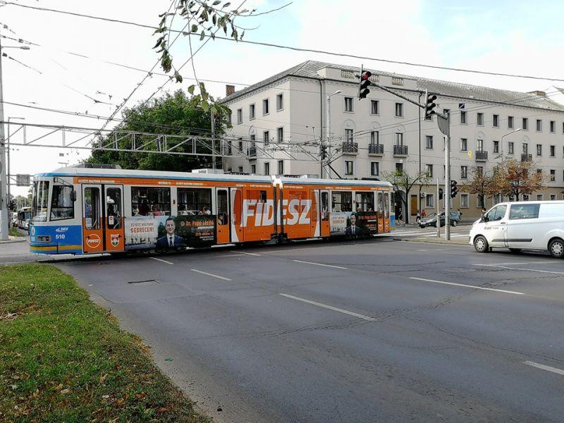 A nap képe: Fidesz-villamos szállítja a debrecenieket