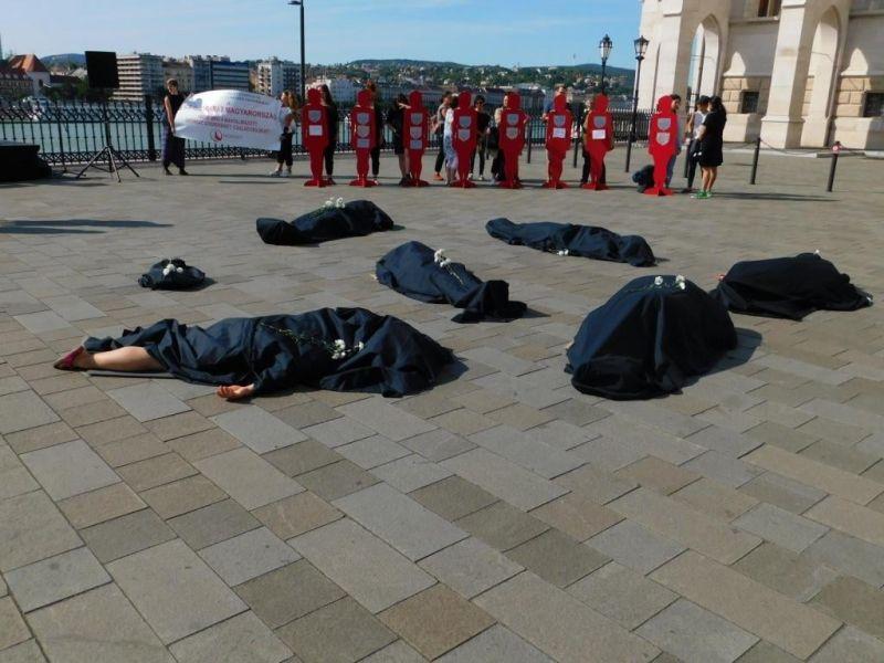 Letakart testek jelentek meg a Kossuth téren