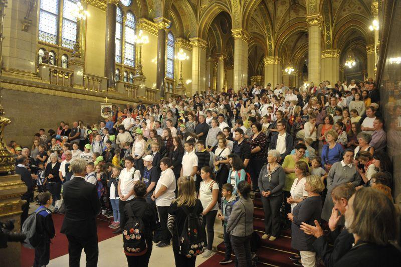 """A """"nemzet vezetőiért"""" kellett imádkoznia hatszáz gyereknek a parlamentben"""