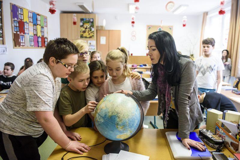 Ezért menekülnek a pályáról – a magyar tanárok keresnek az egyik legrosszabbul Európában
