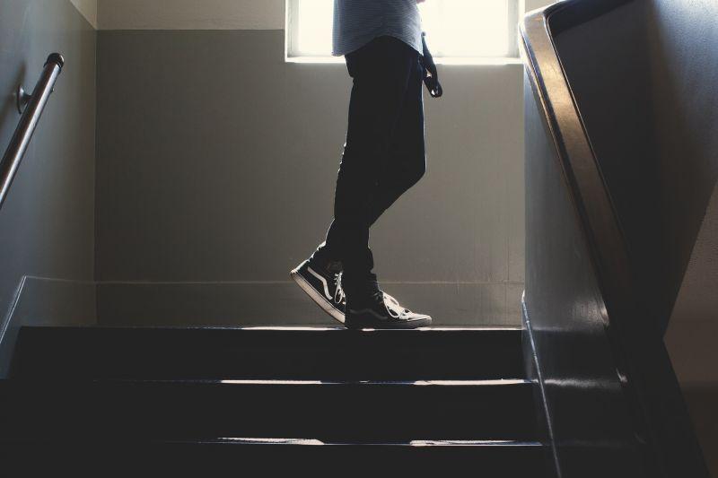 Fényes nappal egy lépcsőházban akartak megerőszakolni egy nőt Budapesten
