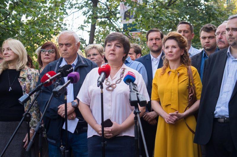 """""""Hányunk a hazugságaitoktól"""" – a TV2 székházánál tüntettek a DK-s László Imre mellett"""