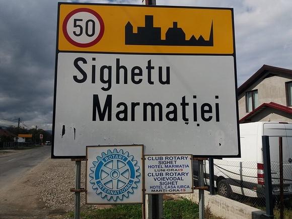 Lekaparták a magyar településnevet Máramarossziget kétnyelvű helységnévtábláiról
