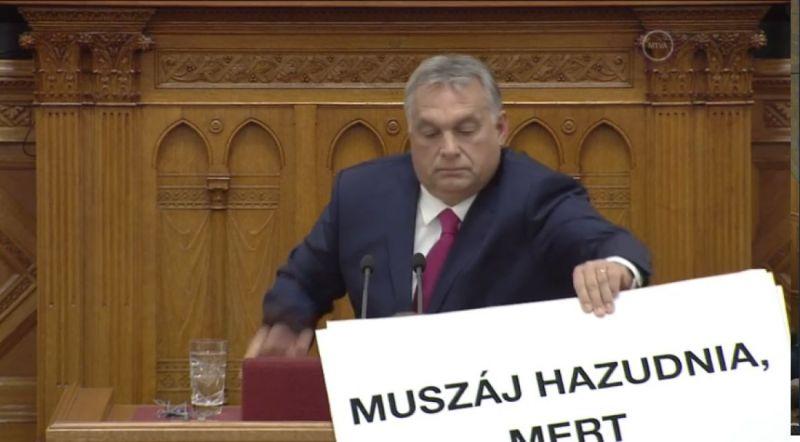 Tetlegesség a parlamentben: Orbán megpróbálta a tiltakozó Hadházy kezéből kitépni a táblát