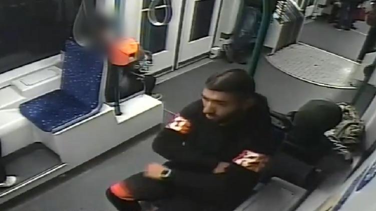 Villamoson rabló férfit keres a rendőrség – fotó, videó