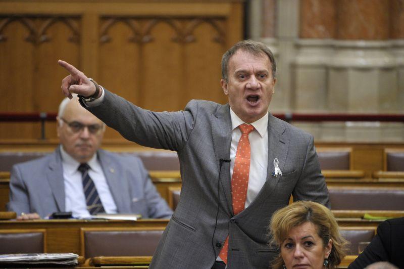 Választási csalással gyanúsított DK-s képviselő mentelmi jogáról döntenek a parlamentben