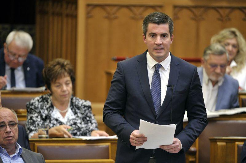 A Fidesz meghátrált:nem módosítják az alaptörvényt