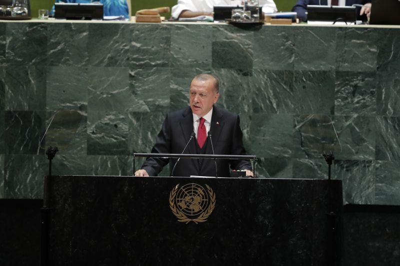 Trump becsicskult Erdogannak – inkább cserben hagyja kurd szövetségeseit, csak a törökök ne haragudjanak
