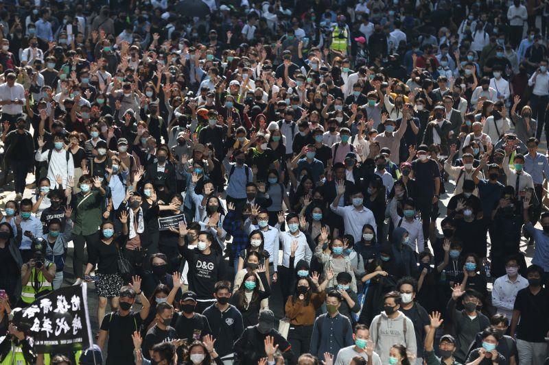 Egyre súlyosabb a válság Hongkongban, kedd reggel is folytatódtak a tiltakozó akciók