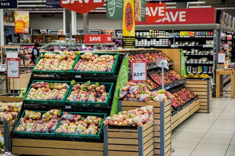 Az árak és a korlátolt választék miatt választják sokan a közeli kis boltok helyett a távolabbi nagyobb üzleteket