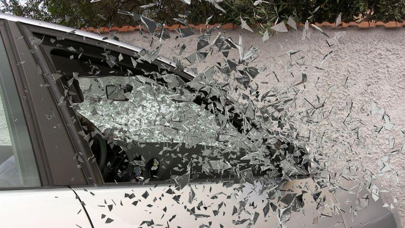 Fának hajtott egy autó a 82-es főúton Bakonypéterdnél