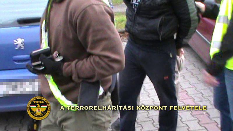 Kábítószert, potencianövelőt és lőszert foglalt le a rendőrség – videó