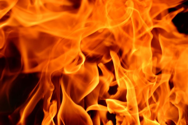 Kigyulladt egy mentő Cegléden, két másikra is átterjedt a tűz
