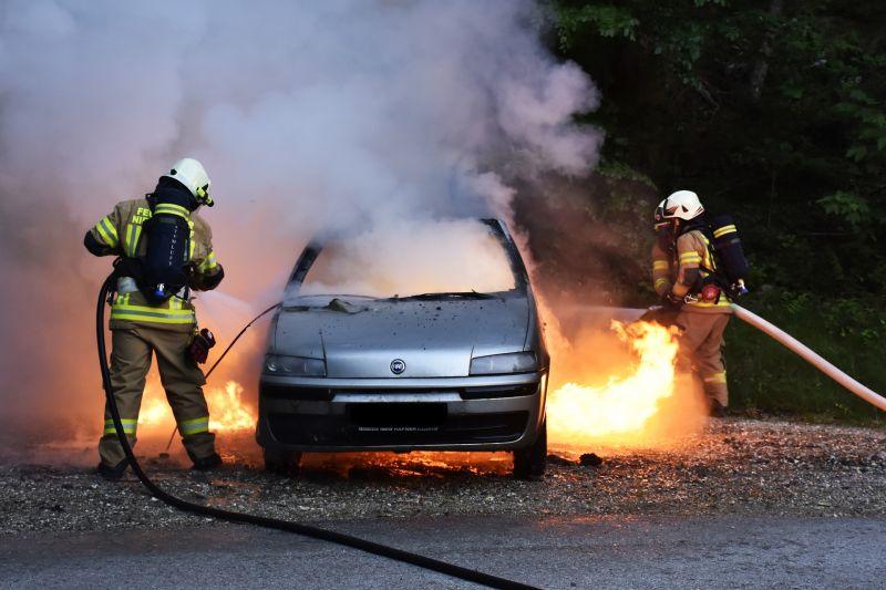 Porig égett egy utcában álló autó