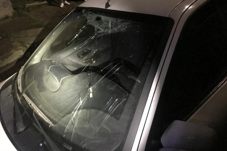 Kerítésdeszkával verte ismerőse autójának szélvédőjét péntek éjjel