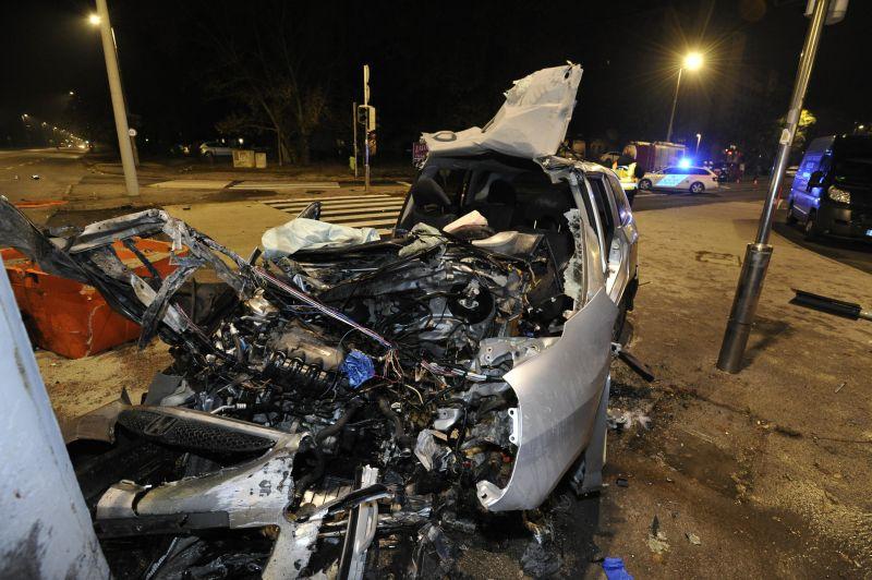 Éjjel Újpesten oszlopnak csapódott egy autó, egy ember meghalt
