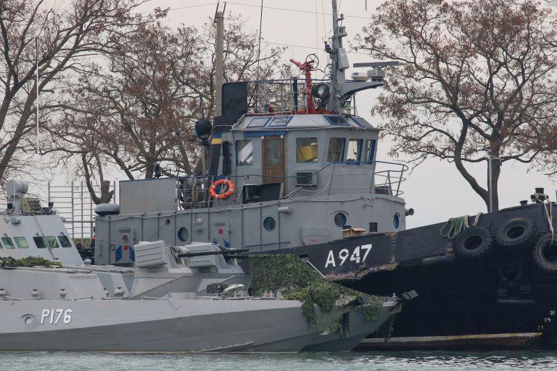 Kercsből elvontatják az oroszok által elfoglalt ukrán hadihajókat